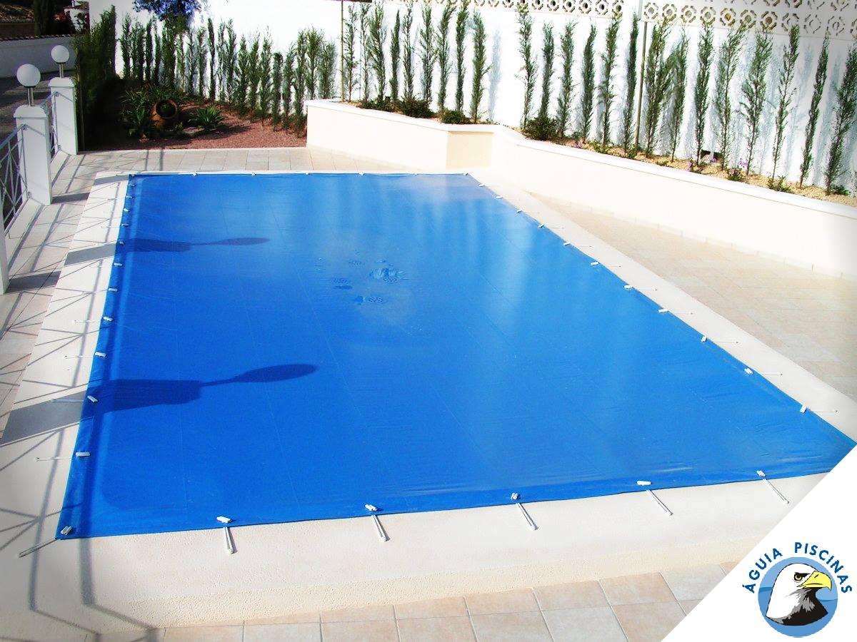 #Manutenção: Pensando na segurança e proteção da sua piscina? O ideal é que ela seja coberta por uma capa. Além de evitar a entrada de resíduos sólidos como folhas, a lona diminui a evaporação da água em até 90%.